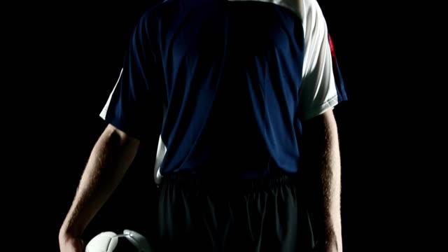 vídeos de stock, filmes e b-roll de grave jogador de futebol - futebol internacional