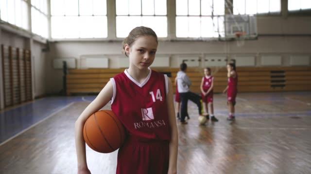 stockvideo's en b-roll-footage met ernstige tiener meisjes bedrijf basketbal bal - tienermeisjes