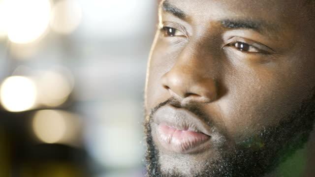 allvarlig tankeväckande african american man tittar in i framtiden, face närbild - etnicitet bildbanksvideor och videomaterial från bakom kulisserna