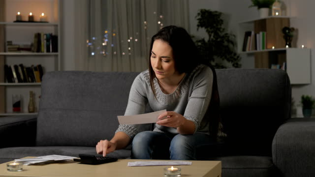 vídeos y material grabado en eventos de stock de recibos cheques de contabilidad mujer seria - hipotecas y préstamos