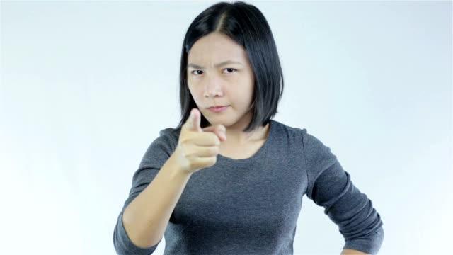 poważne kobieta wskazując na aparat na białym tle - wine filmów i materiałów b-roll
