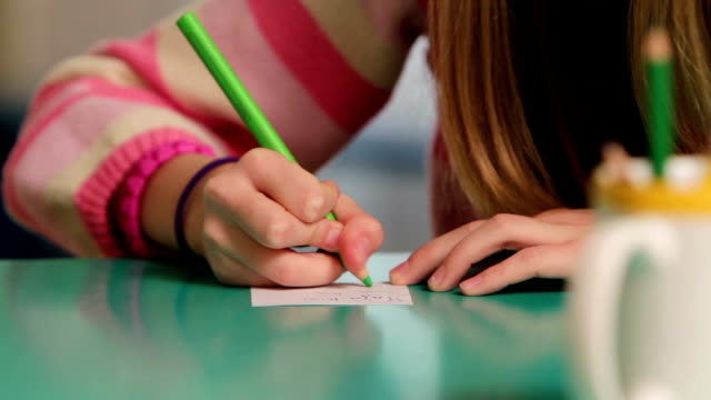 stockvideo's en b-roll-footage met hd: serious young girl while drawing on paper - e learning