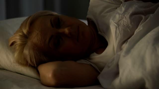 vídeos y material grabado en eventos de stock de seriamente enfermo tratando de relajarse y dormirse en la sala de cuidados intensivos - social media