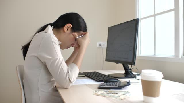 まじめな女性金融レポートを見て - 悩む点の映像素材/bロール