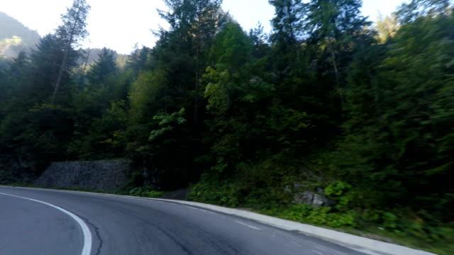 運転の蛇紋岩の道 - 曲線点の映像素材/bロール