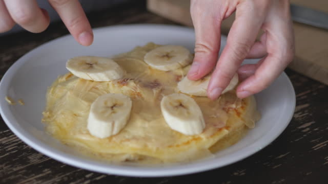 Serve the crepes with bananas.