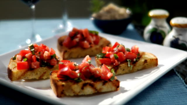 vídeos y material grabado en eventos de stock de se sirven aperitivos - comida salada
