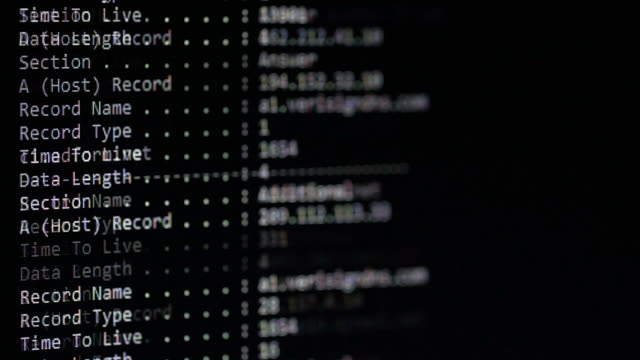 vidéos et rushes de lignes de commande de configuration de serveur en cours d'exécution sur l'écran d'ordinateur - uniforme
