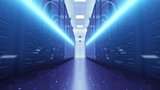 Modern bir veri merkezinde sunucu rafları. Bilgisayar rafları her yerinden. Uçan devreler. video