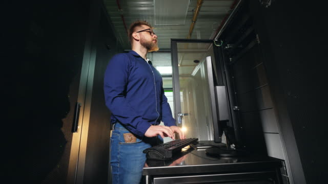 server technician working in modern data center. 4k - безопасность сети стоковые видео и кадры b-roll
