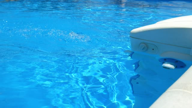 service and maintenance of the pool. filter operation, water filter. cleaning the pool. - addetto alle pulizie video stock e b–roll