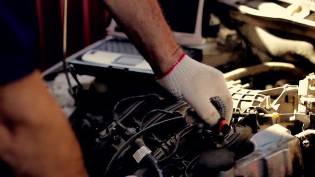 サービスおよび修理、コンピュータダイアグノスティックス:メカニックチェックし、お車のミスやエラーが - 機械工点の映像素材/bロール