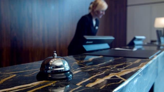 Service des commandes de bell sur la réception en marbre - Vidéo