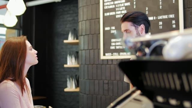 忙しい現代のコーヒー ショップでのサービス ビデオ