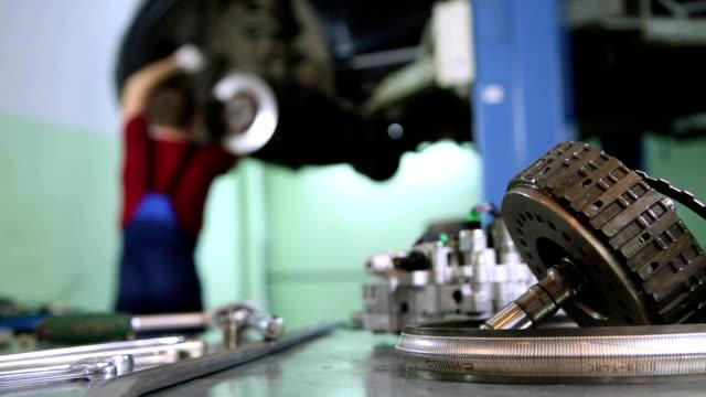 vídeos de stock e filmes b-roll de service repair and maintenance auto - fundo oficina