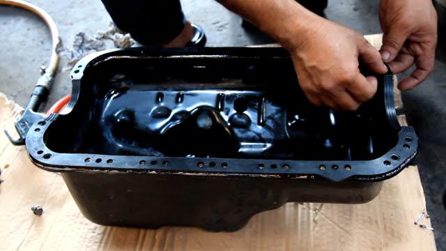 wartung öl-pan-auto-motor hand mit werkzeug - steckschlüssel stock-videos und b-roll-filmmaterial