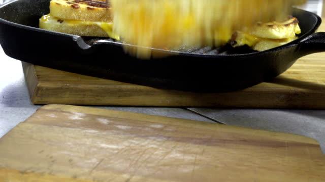 グリルチーズ サンドイッチを提供 - チーズ 溶ける点の映像素材/bロール