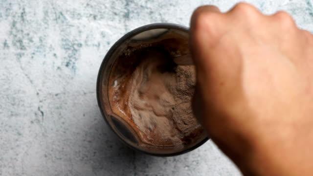 serving a portion of protein powder - gemahlen stock-videos und b-roll-filmmaterial