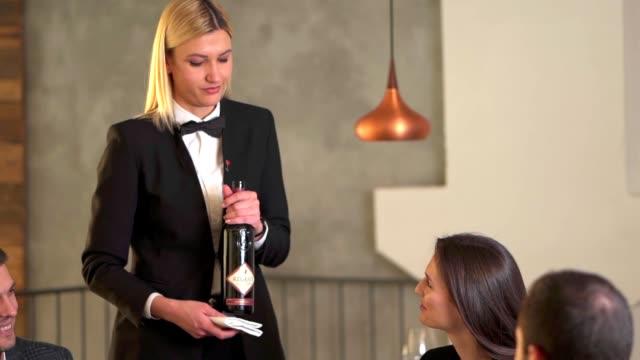 servieren eines rotweins in einem restaurant - winzer sitzend trauben stock-videos und b-roll-filmmaterial
