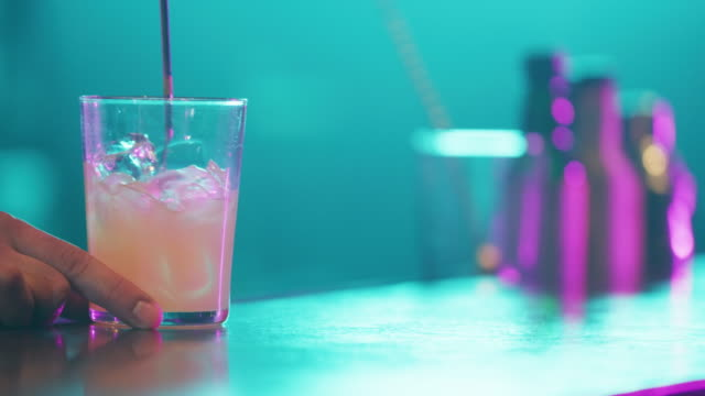 tätig in cocktail 4k - tropischer cocktail stock-videos und b-roll-filmmaterial