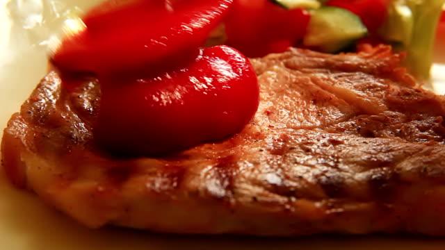 piatto con carne di vacanza - ketchup video stock e b–roll