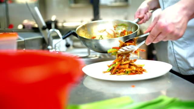 レストランのキッチンで料理を提供します。 - 中国料理点の映像素材/bロール