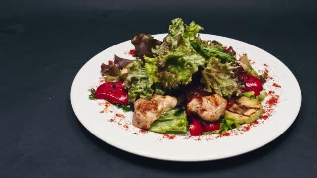 mit gebratenem huhn und salat salat mit glocke pfeffer und sauce in 4 k auflösung - grünkohl stock-videos und b-roll-filmmaterial