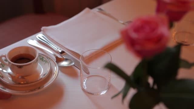 serveren van Italiaanse espressokoffie in een restaurant-tabel video