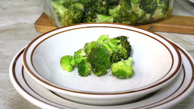 portion gedämpften brokkoli - dampfkochen stock-videos und b-roll-filmmaterial