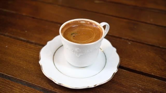 vídeos de stock, filmes e b-roll de servindo café preto turco tradicional - cultura grega