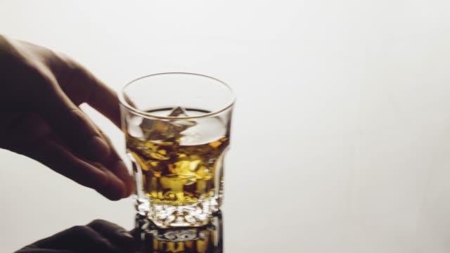 vídeos y material grabado en eventos de stock de servir el whisky en la roca. - deslizar
