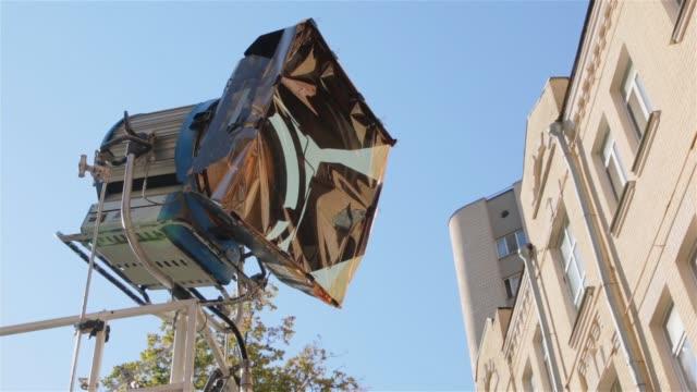 ställ film ljus utomhus - skylift bildbanksvideor och videomaterial från bakom kulisserna
