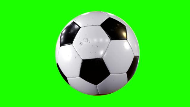 vidéos et rushes de ensemble de 3 vidéos. ballon de soccer beau tournant au ralenti sur fond vert. football en boucle une animation 3d de tourner ballon. - balle ou ballon