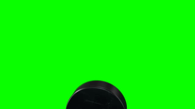 Satz von 4 Videos. Schöne Hockey Puck trifft die Kamera in Zeitlupe auf Green-Screen. Hockey 3d Animation des Fliegens Puck Alpha Matte isoliert. Sport-Konzept. – Video
