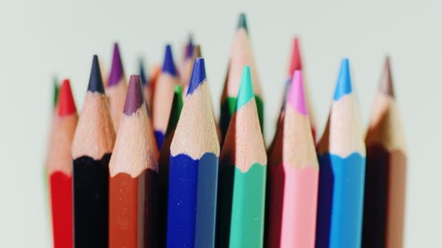 vidéos et rushes de ensemble de lumineux crayons multicolores sur fond blanc - couleur saturée