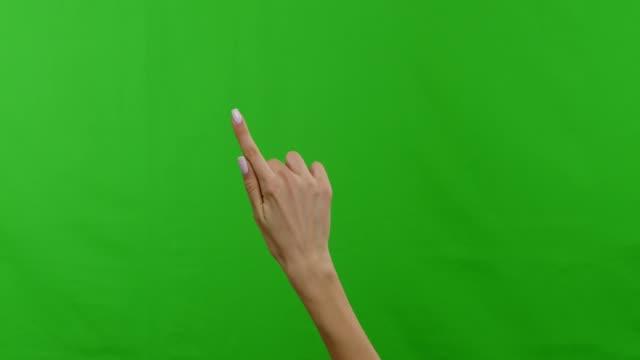 vidéos et rushes de ensemble de différents gestes multitouch, main féminine utilisant l'écran tactile - glisser