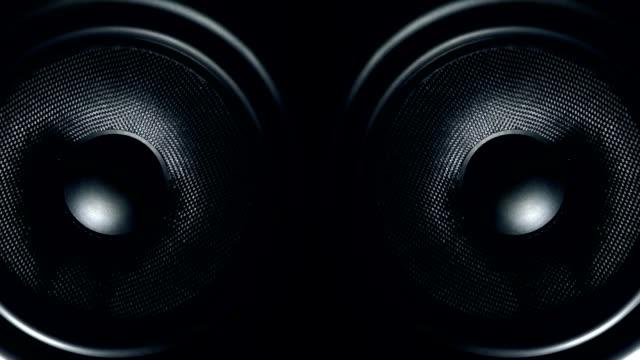 stockvideo's en b-roll-footage met set van ronde audiosprekers trillen van geluid - redenaar