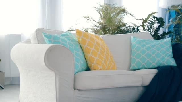 vídeos y material grabado en eventos de stock de sofá en el apartamento - almohada