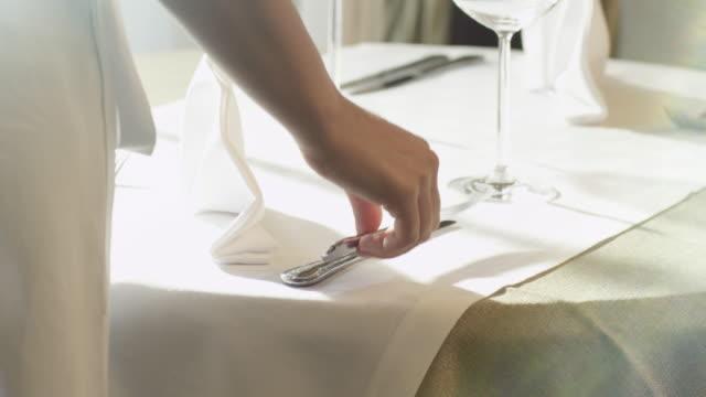 vidéos et rushes de mise en table de dîner au restaurant de luxe. - banquet