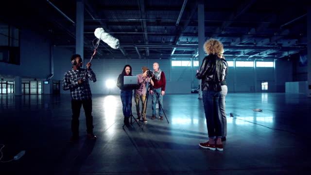 촬영 필름 또는 인터뷰를 위한 기어 설정 - 영화 촬영 스톡 비디오 및 b-롤 화면