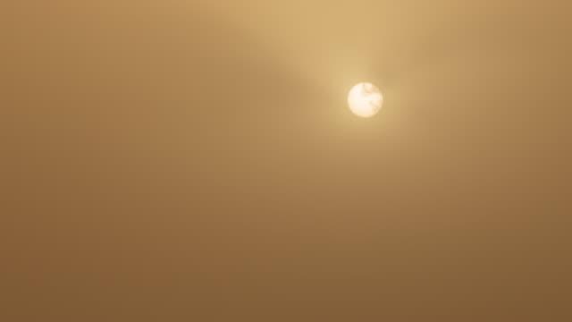 산불 연기에 사로잡힌 선, 시드니, 호주 - 시드니 뉴사우스웨일스 스톡 비디오 및 b-롤 화면