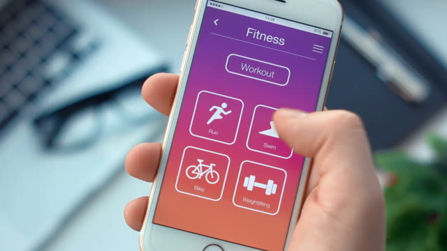 Setting swim timer on fitness app on the smartphone - vídeo