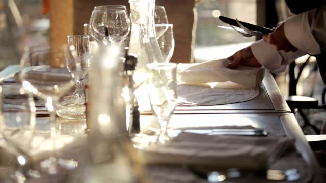stockvideo's en b-roll-footage met de tabel instellen - restaurant table