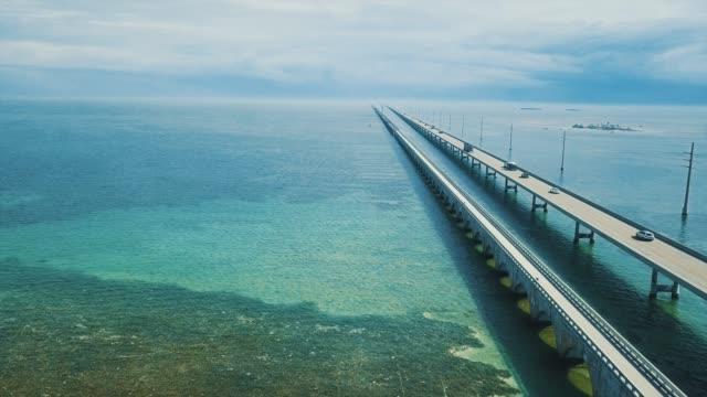 vídeos de stock e filmes b-roll de seven mile bridge in florida keys - ponte