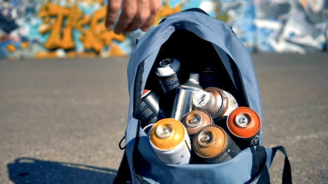 いくつかのスプレー缶男に酔いしれます。 - street graffiti点の映像素材/bロール