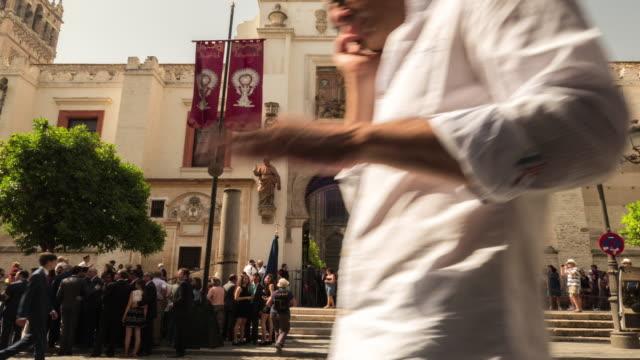 Timelapse Catedral de Sevilla giralda en día con muchas personas caminando corpuscristi - vídeo