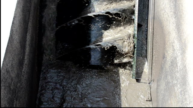 vídeos de stock e filmes b-roll de filtração de água de esgoto - cisterna água parada