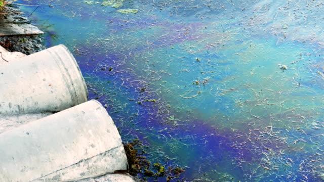 海岸、下水道管が油や有害化学物質、汚い海で自然を汚染水面上燃料の汚れ - 有害物質点の映像素材/bロール