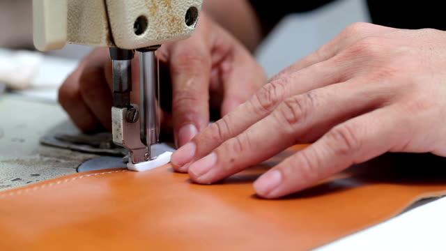 stockvideo's en b-roll-footage met sewing leather - dierenhuid huid
