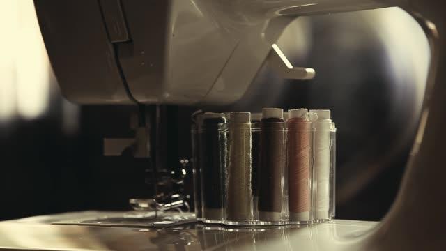 vídeos de stock e filmes b-roll de sewing machine accessories strings - trabalho de design